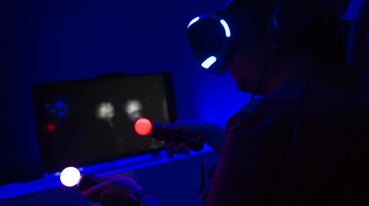 Un jugador prueba las gafas de realidad virtual Playstation VR con los Move en la Barcelona Games World.
