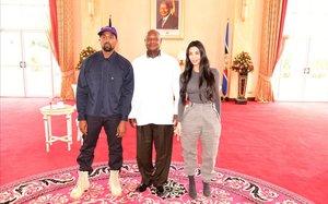 Kanye West y Kim Kardashian flanquean al presidente de Uganda, Yoweri Museveni, este lunes en Entebbe.