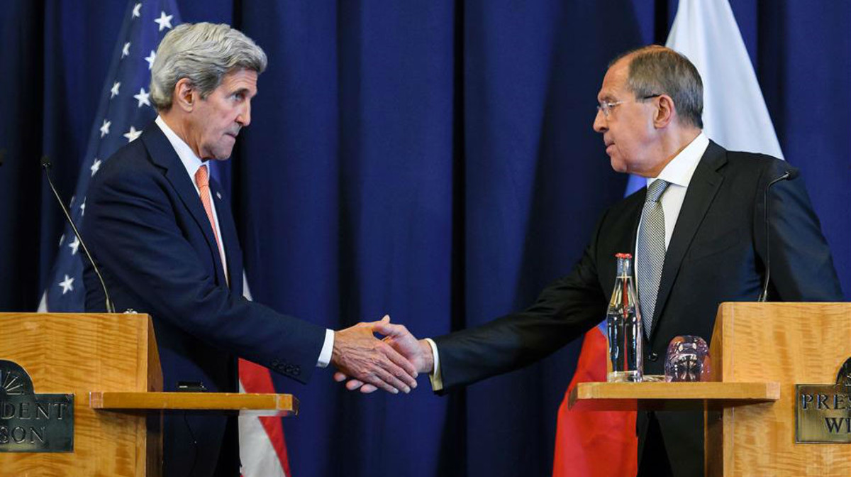 El secretario de Estado, John Kerry, le da la mano al ministro ruso deExteriores, Serguei Lavrov.