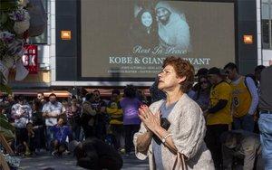 Aficionados lloran la muerte de Kobe Bryant afuera delStaples Center.