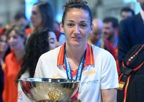 Laia Palau, capitana de la selección, posa con el trofeo del Eurobasket conquistado en 2019