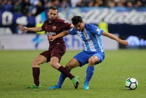 Jordi Alba pugna con Gonzalo Castro, en La Rosaleda.