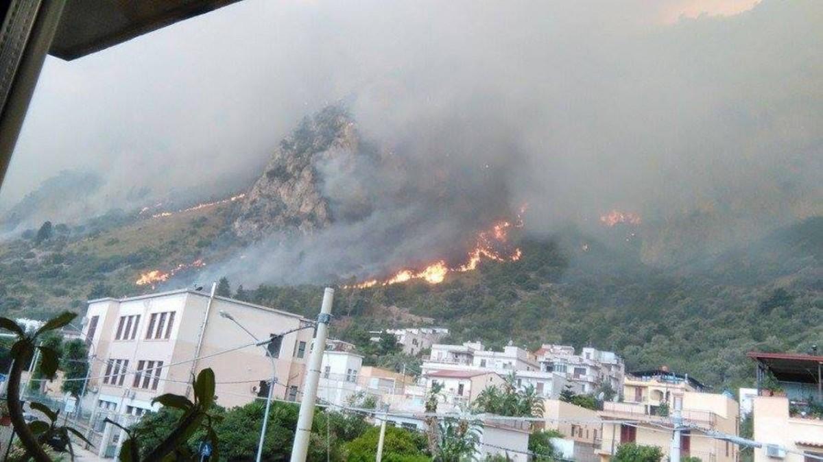 Llamas y humo en un incendio declarado en Sicilia, el 16 de junio.
