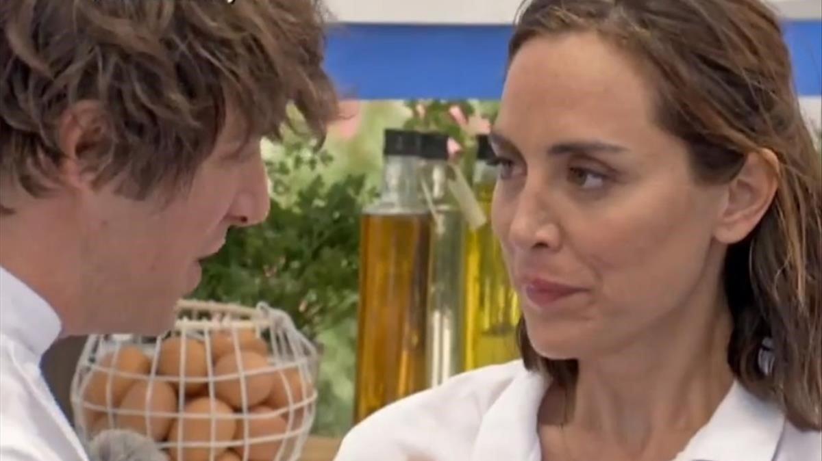 Tamara Falcó escuchando las explicaciones de Jordi Cruz.
