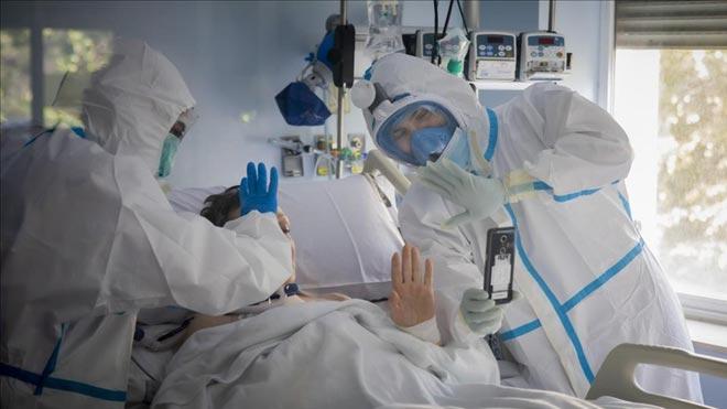 Los científicos a favor de la evaluación independiente piden que sea urgente. En la foto, médicos de la UCI delHospital Clinico de València, dentro de uno de los boxes de la unidad.