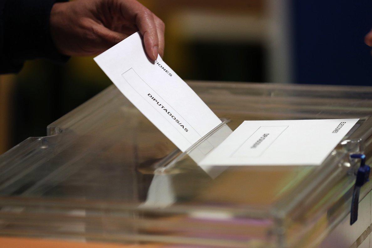 GRAF9268 MADRID, 28/4/2019.- Los colegios electorales han abierto sus puertas a las 09:00 horas para recoger el voto de los casi 36,9 millones de electores que decidirán este domingo en los comicios generales el reparto de los 350 escaños del Congreso de los Diputados y los 208 del Senado durante la próxima legislatura.Tras la constitución de las mesas a las ocho de la mañana con la comprobación de que estaban los miembros necesarios y la lectura de los manuales, a las nueve de la mañana los electores han comenzado a acudir a las urnas, en una jornada que estará marcada por el sol y con temperaturas, en general, al alza en casi todo el país. En la foto,un elector introduce su voto en la urna en el colegio Pinar del Rey. EFE/Javier Lizón