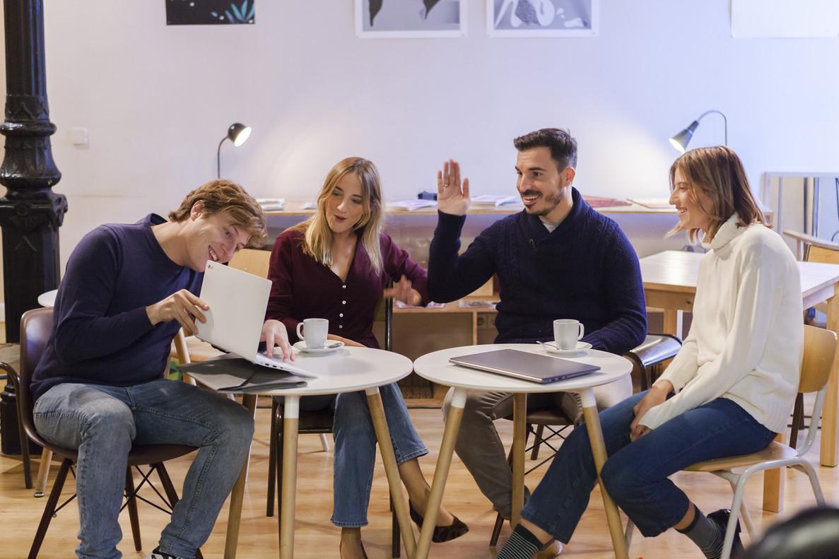 Los cuatro influencers hablando sobre el LG Gram.