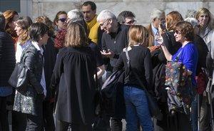 Los escritores José Ovejero, Rosa Montero y Mercedes Abad, despiden a Enrique de Hériz en el Tanatorio de Les Corts.
