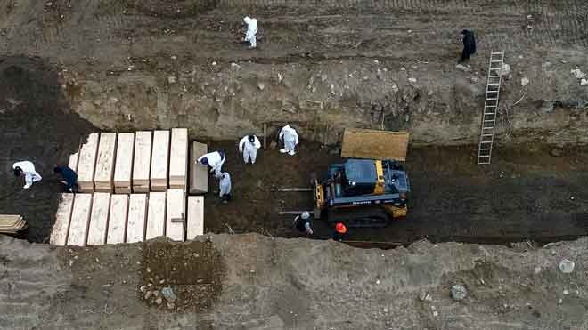 EE.UU. registra 2.000 muertes en un solo día y supera el medio millón de casos. Los fallecidos se acumulan en Nueva York, donde se están usando fosas comunes.