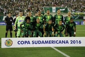 Los jugadores del Chapecoense, al inicio de un partido de semifinales de la Copa Sudamericana, el 23 de noviembre.