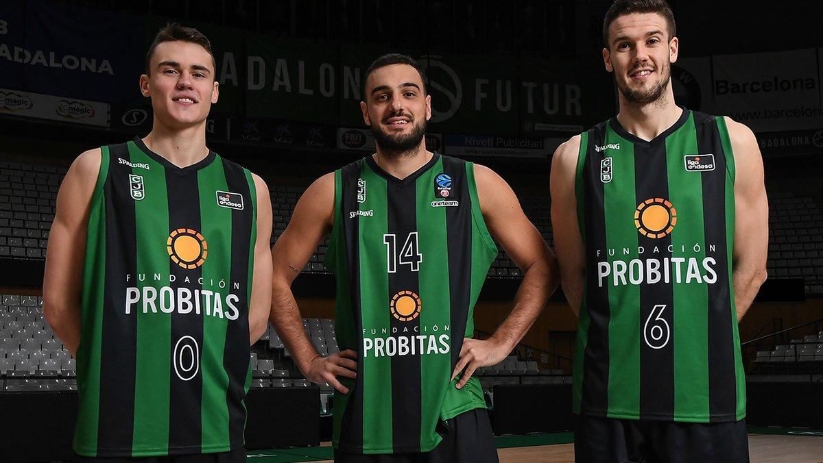 Los jugadores del Club Joventut Badalona muestran la camiseta con el logo del nuevo patrocinador, Fundación Probitas.
