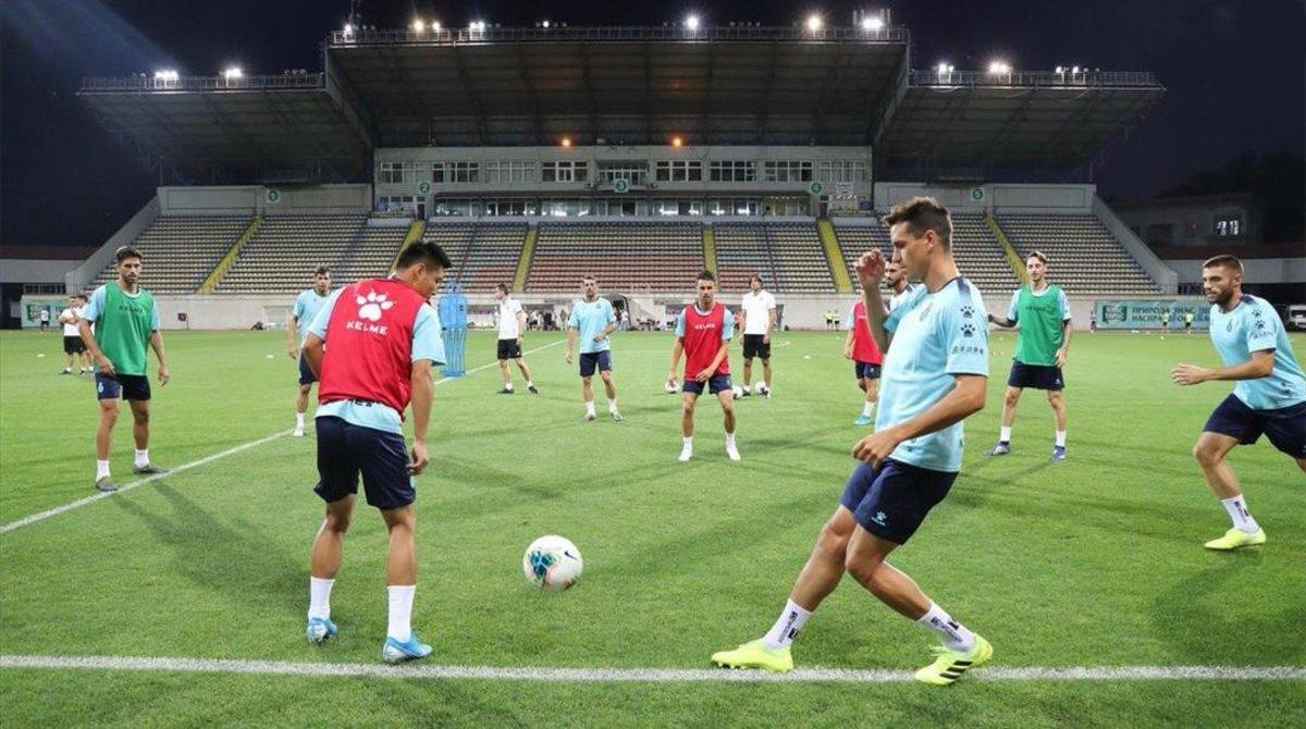Los jugadores del Espanyol, en la sesión preparatoria en el estadio Metalurg de Zaporiyia, la sede del partido ante el Zorya.