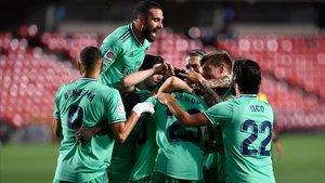 Los jugadores del Madrid celebran el tanto de Benzema ante el Granada