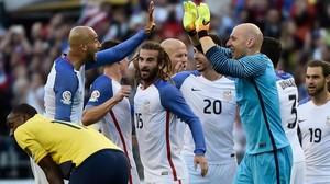 Los jugadores de Estados Unidos celebran sobre el campo su victoria ante Ecuador en cuartos de la Copa América (2-1)
