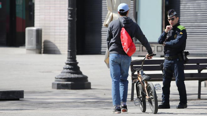 Los Mossos identifican a más de 10.000 personas en las calles en un día, como explica el 'conseller' de Interior, Miquel Buch.