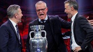 Los seleccionadores de Polonia (Jerzy Brzeczek), Sueca (Jannes Andersson) y España (Luis Enrique Martínez) se carcajean en su encuentro sobre el escenario del sorteo de la Eurocopa.