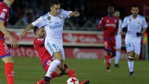 Lucas Vázquez se lleva el balón ante Sierra.