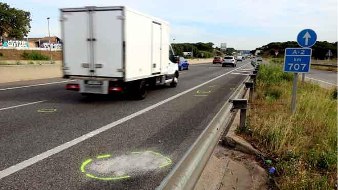 El lugar de la A-2 en Riudellots donde un camión ha matado a una mujer que paseaba a su perro por la autovía.