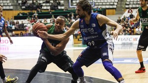 Mallet disputa un balón con el escolta catalán del Gipuzkoa Jordi Grimau