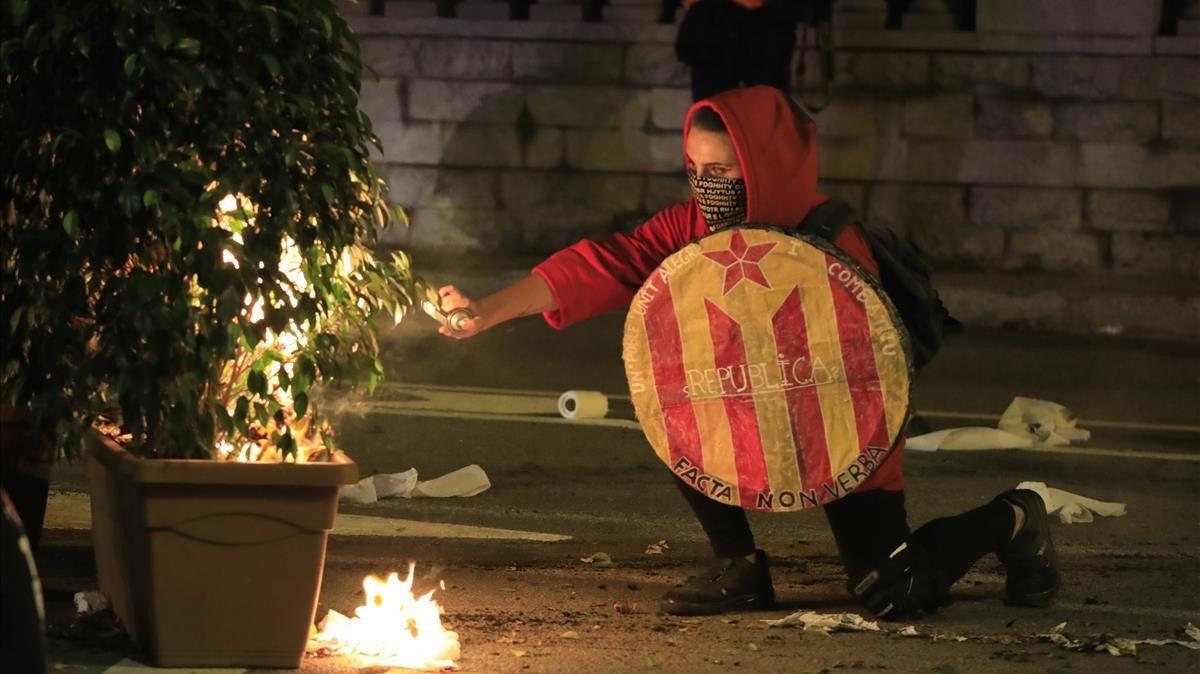 Un CDR durante los disturbios que se produjeron durante la manifestación independentista de ayer.