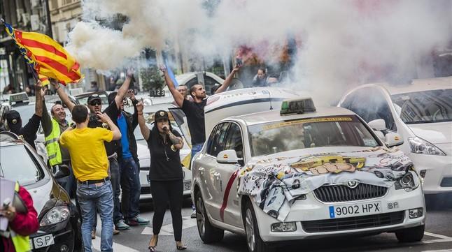 Manifestación de taxistas de Valencia contra el intrusismo profesional a través de aplicaciones como Uber y Cabify.