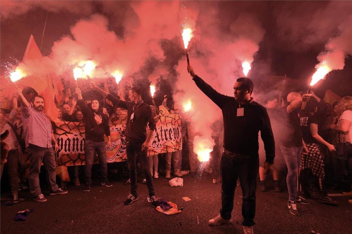 Manifestantes de extrema derecha frente a la sede de la ANC en Barcelona.