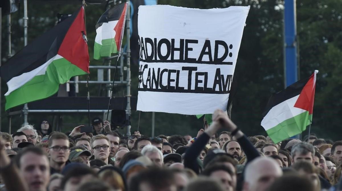 Manifestantes palestinos piden la cancelación del concierto de Radiohead en Tel Aviv.