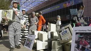 Manifestantes en pro del reciclaje electrónico en la feria CES de Las Vegas.