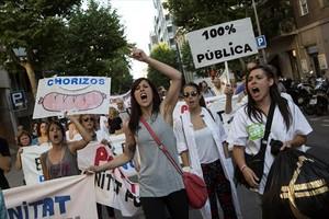 Marea blanca 8 Trabajadores de la sanidad pública, durante una protesta contra los recortes, el pasado 17 de junio en el centro de Barcelona.