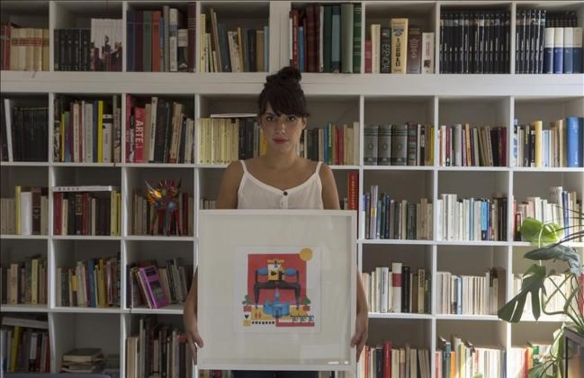María Corte, con uno de sus creaciones, en su piso de Gràcia.