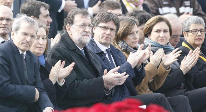 Mariano Rajoy y Carles Puigdemont, entre otras autoridades, en el acto de reconocimiento a las víctimas del accidente de GermanWings.