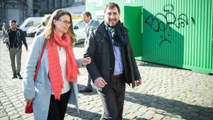 Meritxell Serret y Toni Comín, este miércoles, a su salida del palacio de justicia de Bruselas.