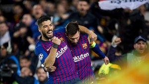 Messi celebra con Suárez un gol en el Camp Nou.