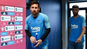 Messi entra en la sala de prensa de la ciudad deportiva de Sant Joan Despí junto a Piqué.