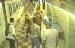 Fotograma del vídeo de seguridad de la estación demetro de Urgell(Barcelona)que captó el brutal ataque con cinturones y una botella de vidrio enla noche de San Juan.