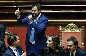 El ministro del Interior italiano, Matteo Salvini,celebra la aprobación de la ley de legitima defensa en el Senado de Italia.