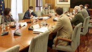 El ministro Salvador Illa y el consejero madrileño de Sanidad, Enrique Ruiz Escudero, con sus respectivos equipos, este 28 de septiembre en la sede del ministerio, en la capital.