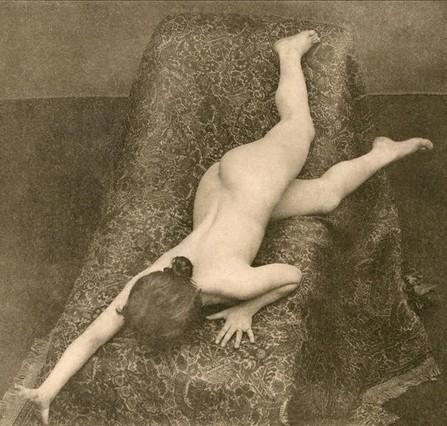 Modelo para artistas realizada en 1895 por los fotógrafos alemanesMax Koch y Otto Rieth, recogida por Michel Frizot en la exposición de Foto Colectania Toda fotografía es un enigma.