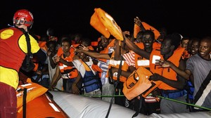 Momento del rescate de los inmigrantes frente a las costas libias.
