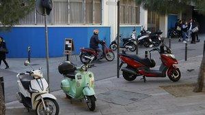 Motos estacionadas incorrectamente en la plaza del Nord de Gràcia, esta mañana