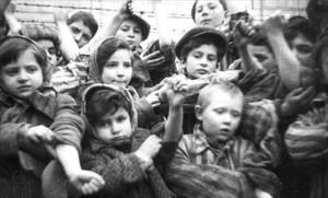 Niños supervivientes del campo de exterminio de Auschwitz.