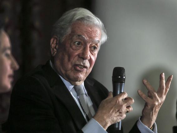 El Nobel de Literatura Mario Vargas Llosa, durante una conferencia en la Universidad Nacional de Kiev, este martes.