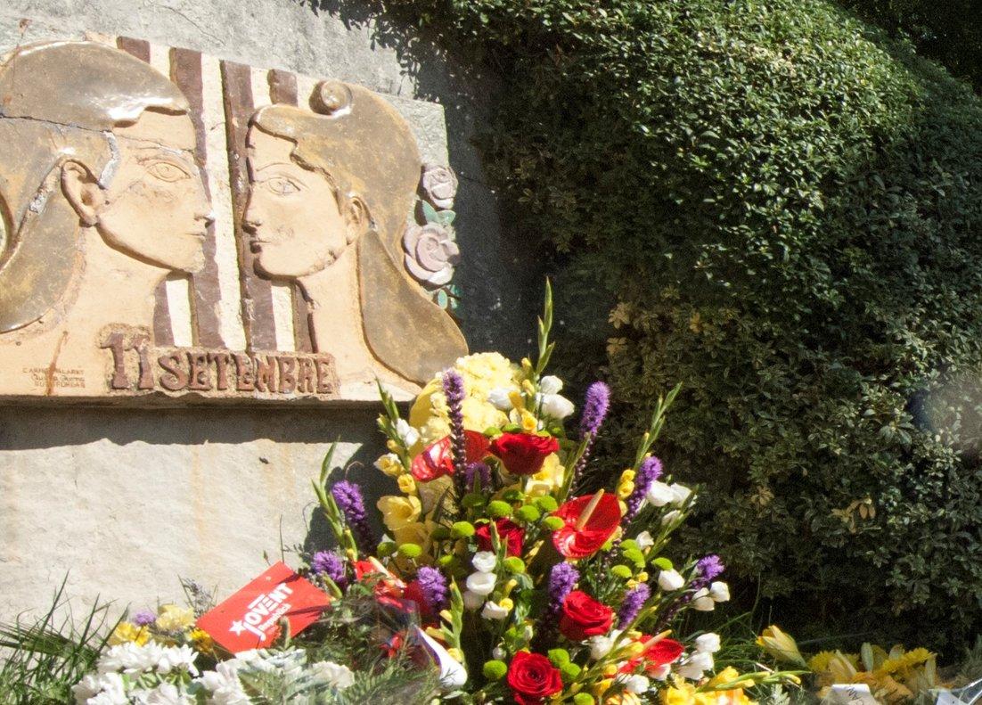 Ofrenda floral en el parque Onze de Setembre de Esplugues.