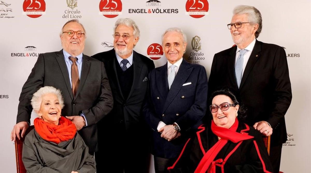 De izquierda a derecha, de pie:Jaume Aragall, Pácido Domingo, Josep Carrerasy Joan Pons. Sentadas: Teresa Berganza (izquierda) y Montserrat Caballé.