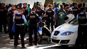 Operación contra el top manta de la Policía Portuaria con apoyo de los Mossos, en la que una vendedora embarazada ha sufrido una lipotimia.