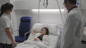 Natalia, la paciente operada de escoliosis, junto al doctor Juan Carlos Rodríguez Olaverri, en el Hospital Dexeus Quirón.