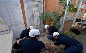 Operarios del Vaticano abre una de las dos tumbas donde se buscaba a Emanuela Orlandi.