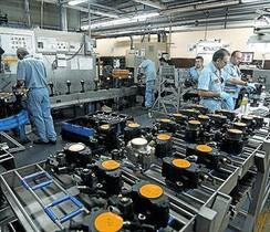 Operarios en la fábrica de Delphi en Sant Cugat del Vallès.
