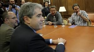 El líder de Podemos, Pablo Iglesias, este martes en su reunión con el portavoz de Democràcia i Llibertat, Francesc Homs.