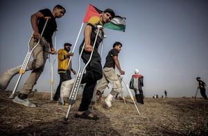Palestinos heridos protestan en Gaza el pasado día 25.